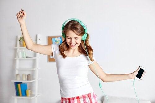 Tiener met mintkleurige koptelefoon