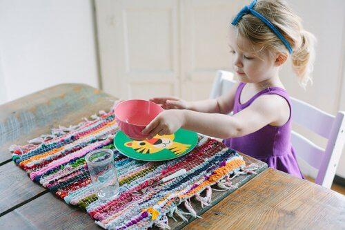 Geschikte klusjes voor kinderen volgens hun leeftijd zoals bijvoorbeeld de tafel dekken
