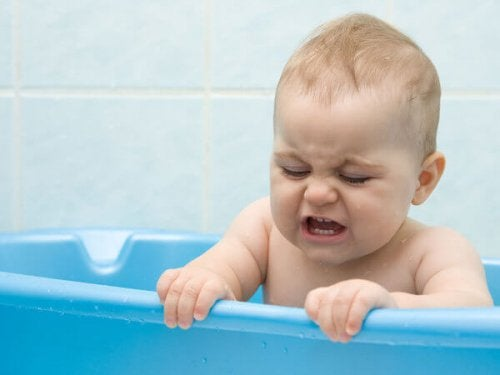 Baby in een blauw badje