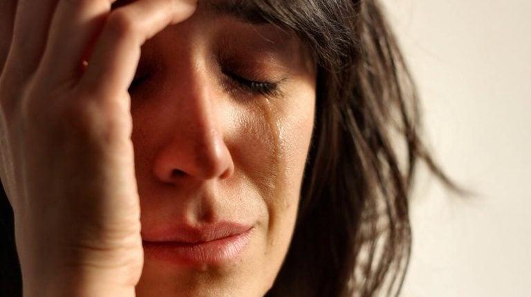Huilende vrouw met het lege nest syndroom
