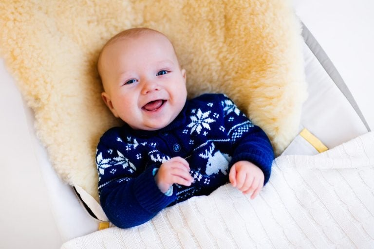 Baby met blauwe wintertrui