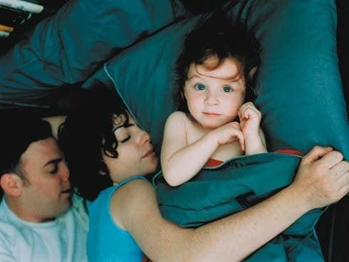 Ouders liggen te slapen het kindje is wakker