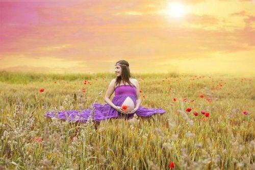 Zwangere vrouw tussen de bloemen