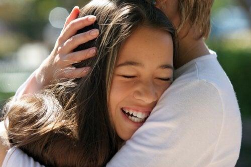Een van de voordelen van het strelen van je kind is dat het een band creëert tussen ouders en hun kinderen
