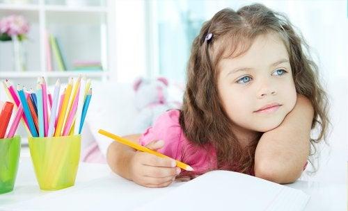 Hoe maak je huiswerk als je kind snel is afgeleid op school