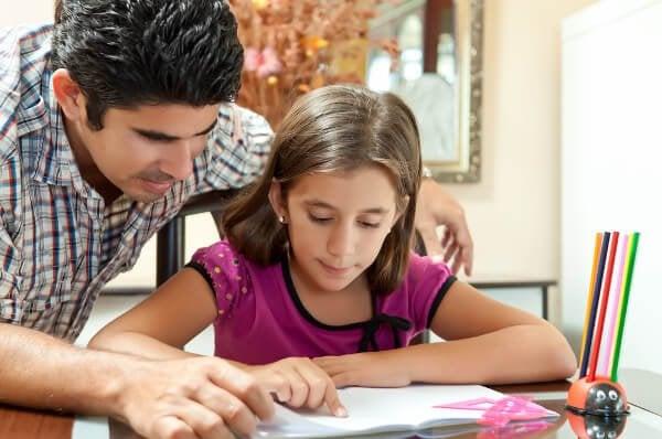 Vader helpt met huiswerk