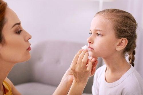 Hoe behandel en voorkom je een bloedneus bij kinderen?