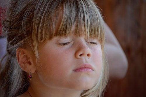 Hoe kun je kinderen de kunst van stilte leren?