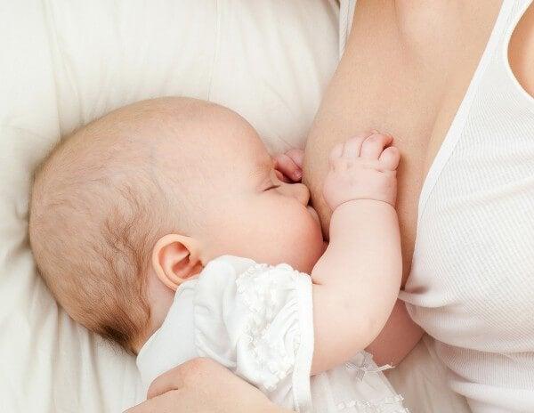 De aanbevolen hoeveelheid melk gebaseerd op je baby's leeftijd