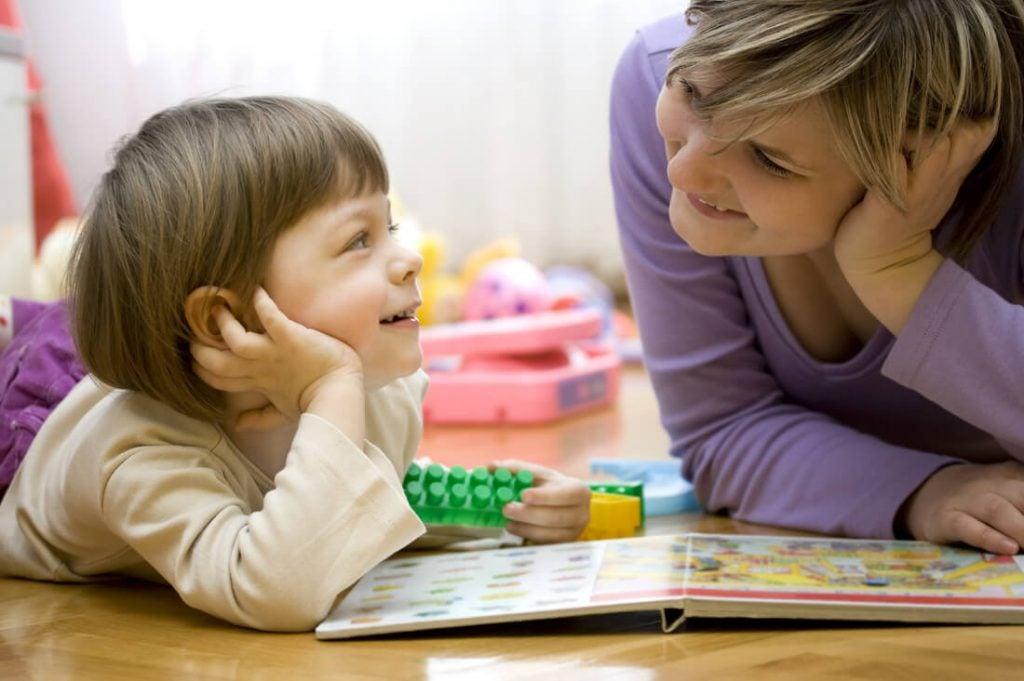 Moeder en kind spelen samen