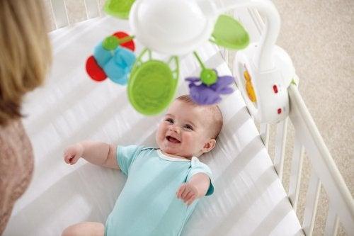 Baby mobiel boven de wieg
