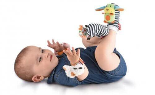 Baby met rammel speelgoed