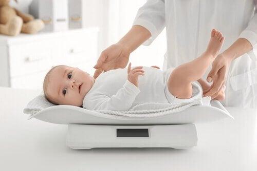 baby op een weegschaal