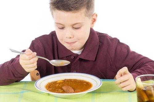 Kind eet groentesoep