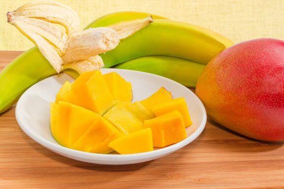 bordje mango en een banaan