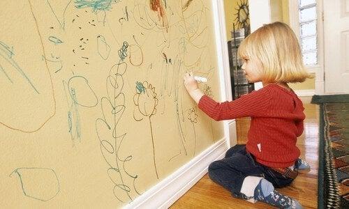 Meisje tekent op de muur