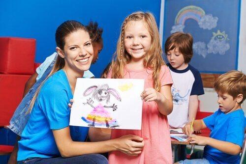 Meisje met tekening van aangekleed konijn