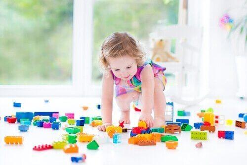 Meisje speelt met lego blokken