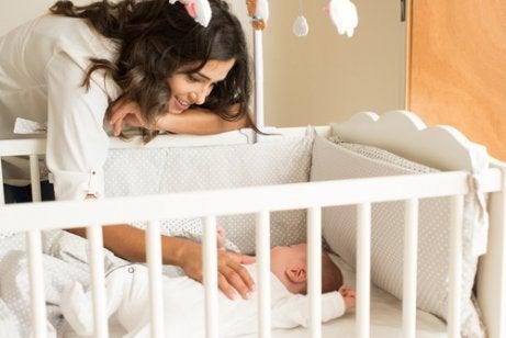 baby in witte ledikant
