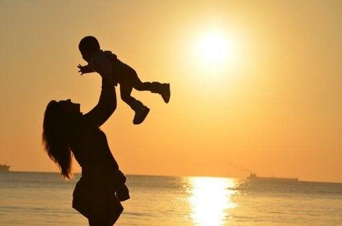 Gelukkige moeder op het strand