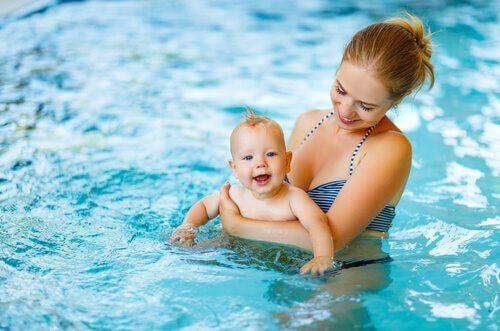 moeder en baby in het zwembad