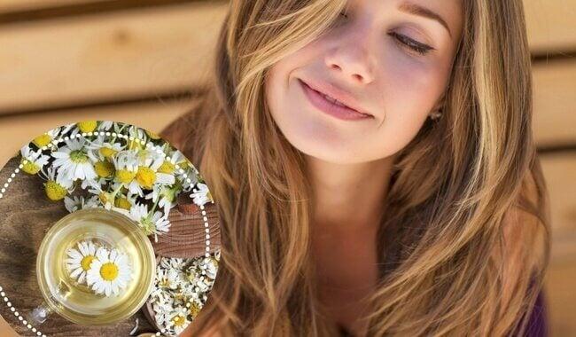 Vrouw met mooi haar en bloemen