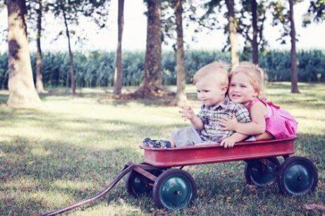 neefje en nichtje aan het spelen