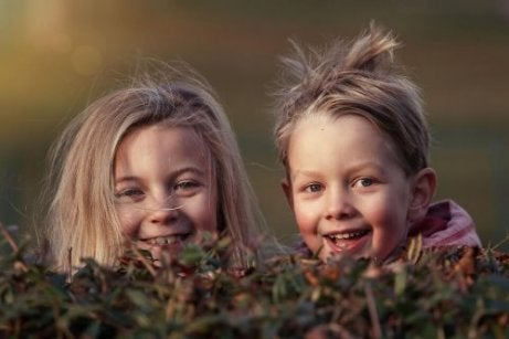 nichtje en neefje lachen samen