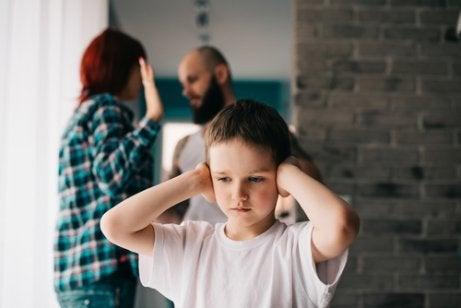 kindje houdt zijn oren dicht tijdens een echtscheiding