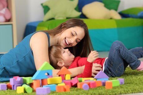 peetmoeder speelt met kind
