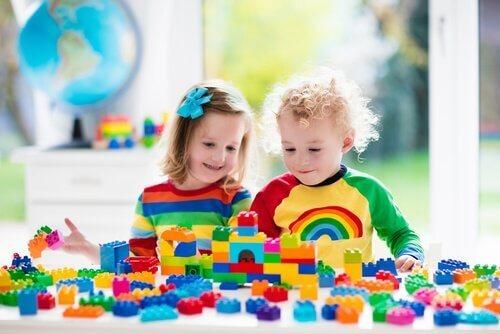 Kinderen die met lego spelen