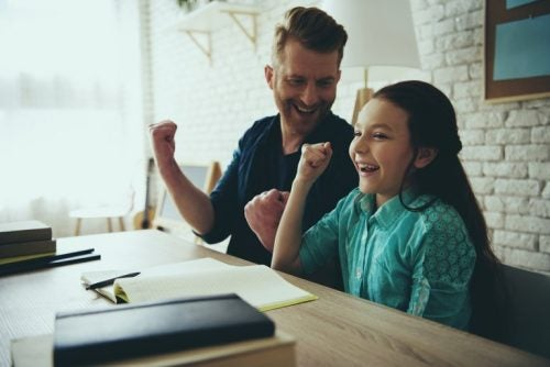 vader en dochter lachen samen