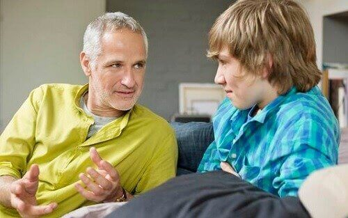 Vader praat met tienerzoon