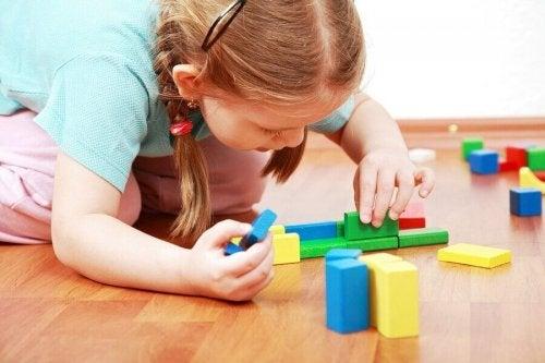 Waarom het goed is om kinderen aan te leren om alleen te spelen