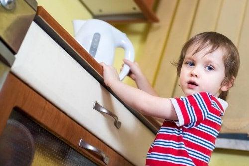 Wat moet ik doen als mijn kind zich verbrand heeft met kokend water?