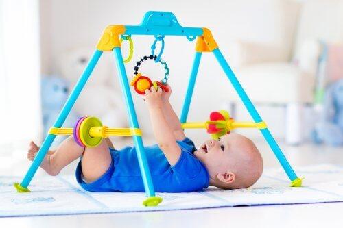 Baby speelt op speelkleed