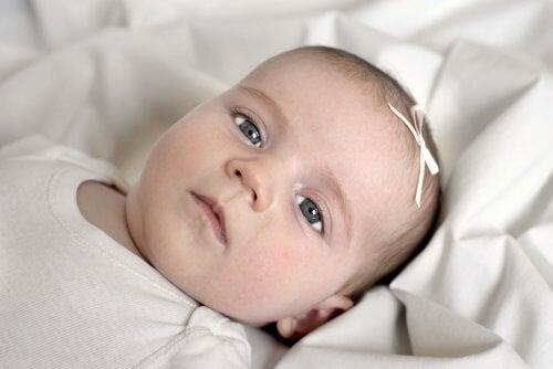 Een baby met een strik