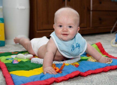Baby op een speelkleed