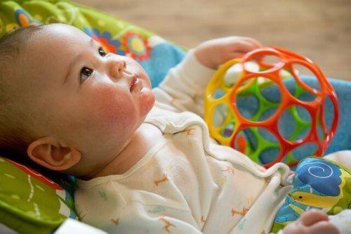 Het belang van het spelen met zijn eerste speeltje