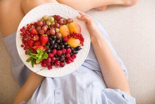 Bord met vers fruit tijdens de zwangerschap