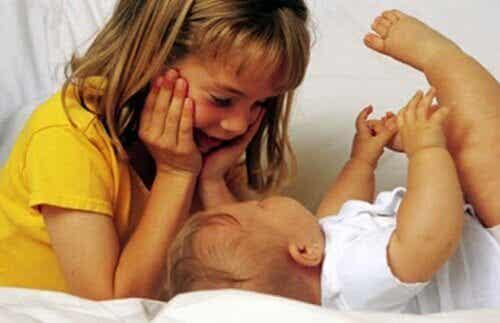 Hoe bereik je dat je oudere kind zich ook belangrijk voelt