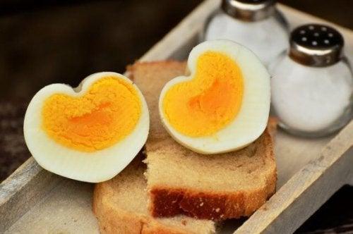 Wanneer eieren toe te voegen aan het dieet van je kinderen
