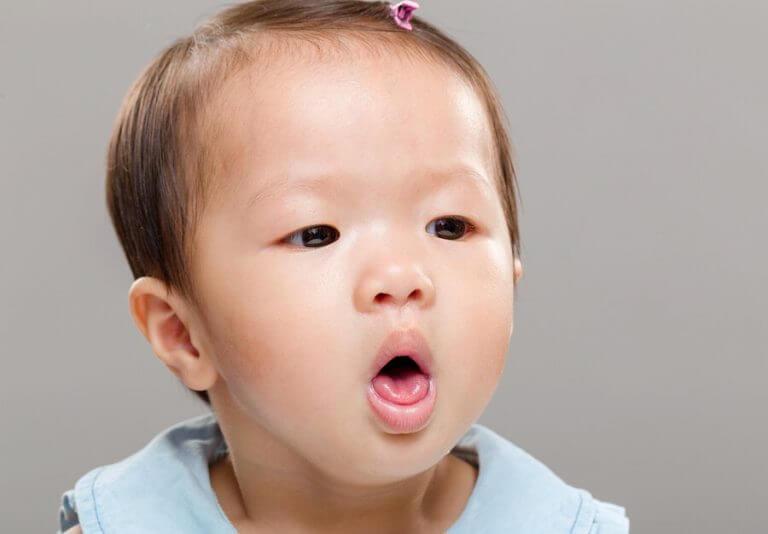 Een kind dat hoest