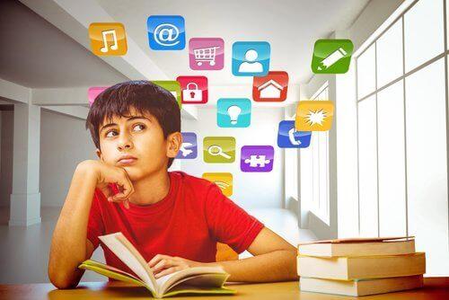 Jongen die leert en zich concentreert
