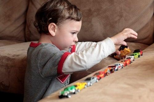 Kind met autisme speelt