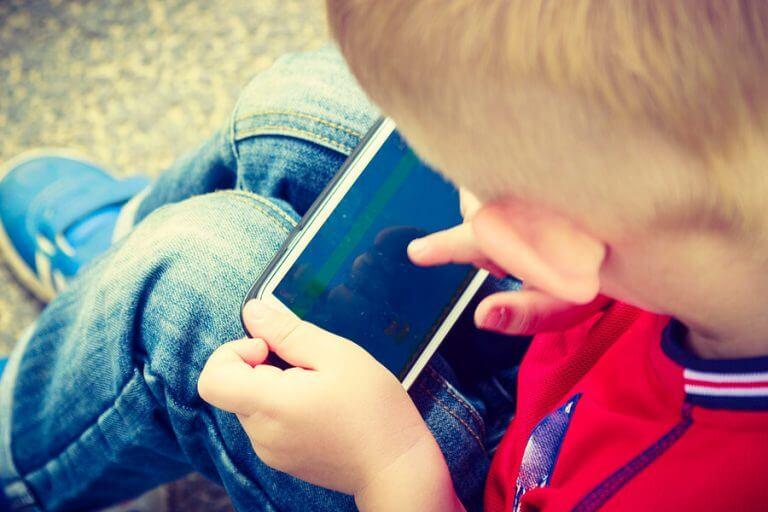 Tips om kinderen te beschermen tegen misbruik van mobiele telefoons