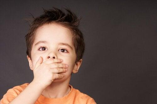 Kind met pijnlijke aften in de mond