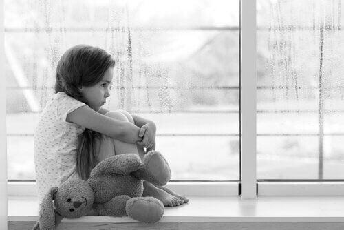 Een verdrietig meisje met haar beer