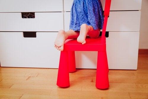 De blote voeten van een meisje