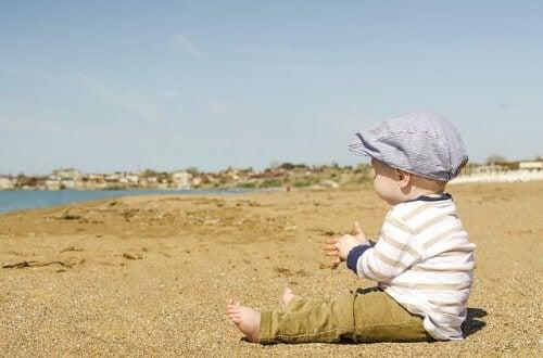 Gekleed op het strand om tegen de zon te beschermen